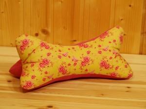 Leseknochen, Nackenkissen, Rückenstütze, pink, gelb